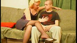 La blonde aux lunettes joue avec un énorme Phalos femme mature seule noir.